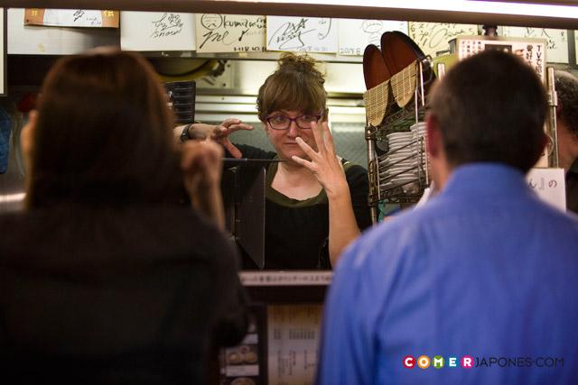 Isabel Coixet dirigiendo a los actores... ¿o sirviendoles unos ramen?