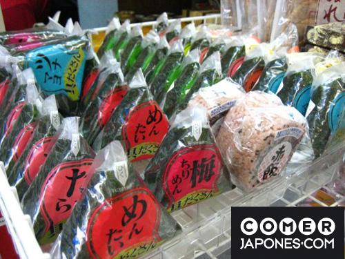 Tienda de onigiri para llevar, en la estación de Ueno (Tokyo).