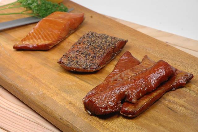 Distintas especies de salmón ahumadas, para coger fuerzas antes de montar una estantería.