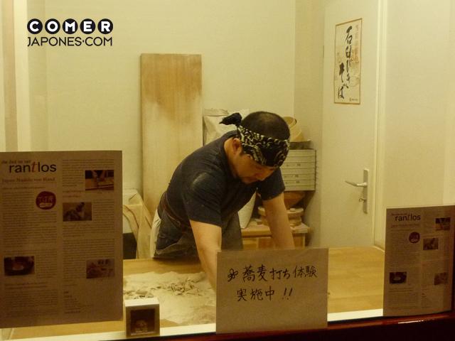 Miyashita-san de Soba-an, preparando soba de forma artesanal.